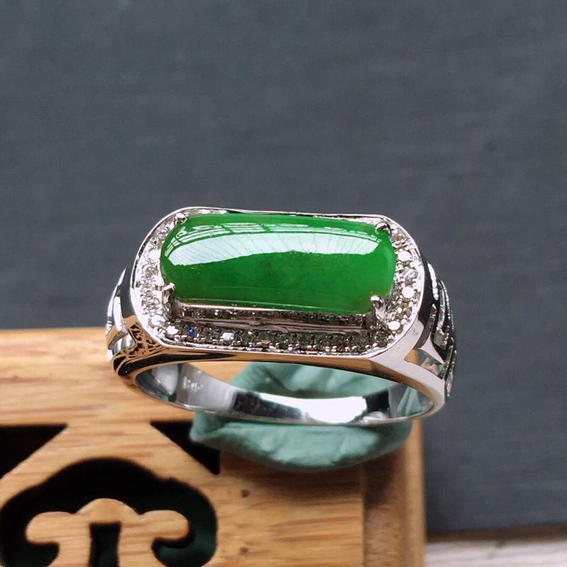 18k金镶嵌围钻满绿马鞍戒指。料子细腻,雕工精美,颜色漂亮, 内径:17mm  含金尺寸:17×8×