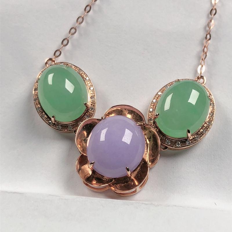 冰润翡翠浅绿,紫罗兰翡翠蛋面项链,玉质细腻水润,色泽淡雅清新,裸石尺寸饱满圆润,款式精美,含金链