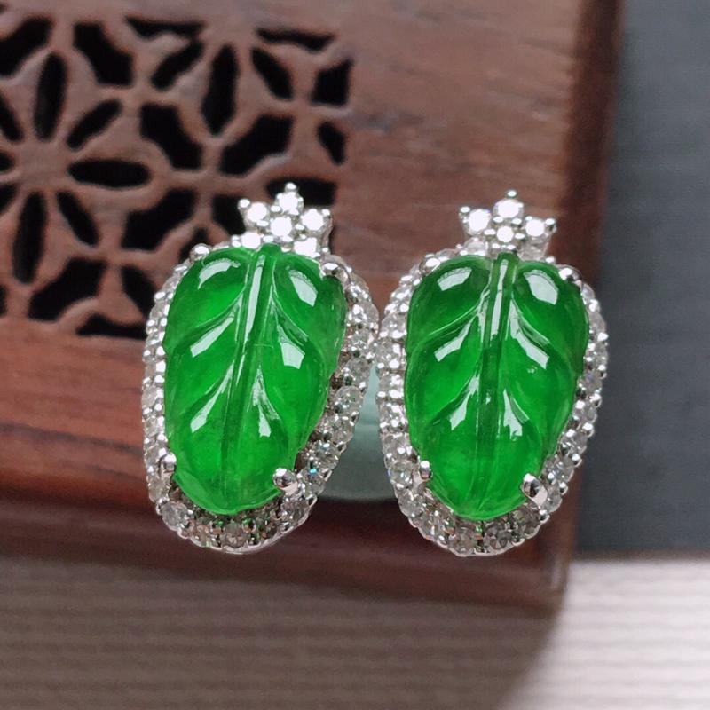 18k金镶嵌围钻冰糯种满绿树叶耳钉一对,   料子细腻,雕工精美,颜色漂亮,  含金尺寸:13×8×