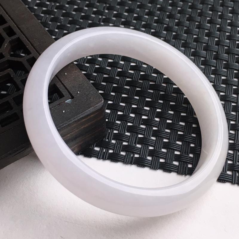 A货翡翠  糯种水润正装手镯小圈口    尺寸 53*10.8*6.4mm  水头好,玉质细腻,条形
