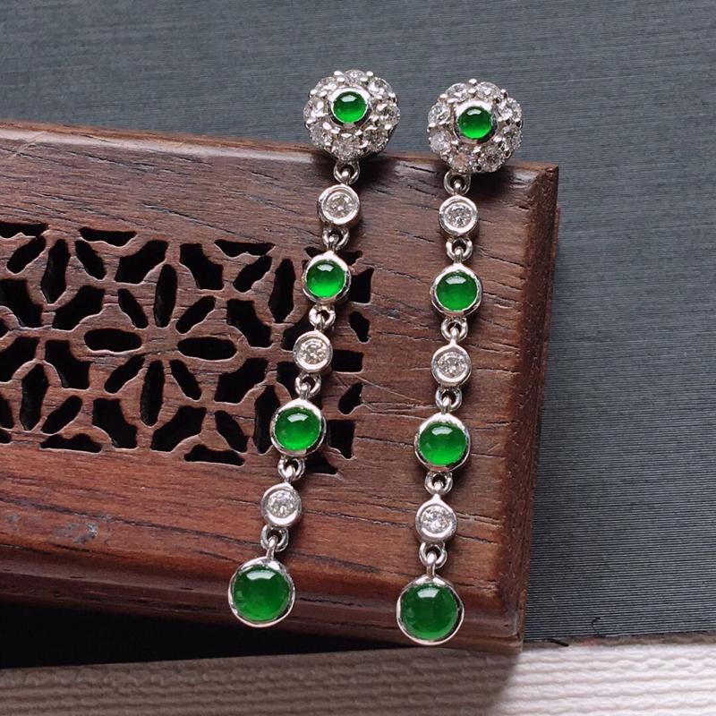 18k金镶嵌伴钻冰糯种满绿耳坠一对,   料子细腻,雕工精美,颜色漂亮,  含金尺寸:35×6×3.