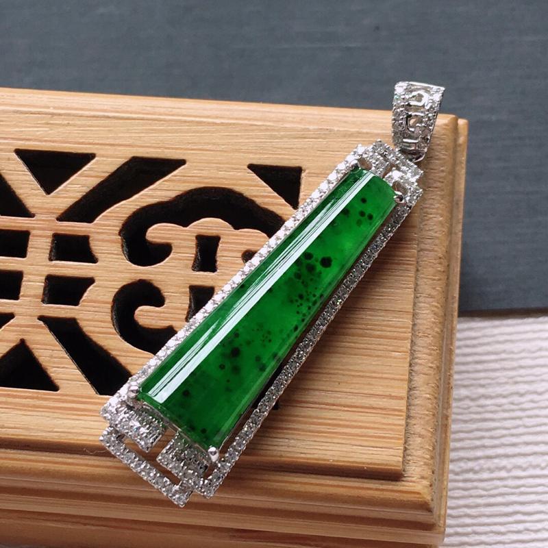 18k金镶嵌满绿围钻素面牌吊坠, 雕工精美,颜色漂亮,含金尺寸:40×10×6mm  裸石尺寸:25