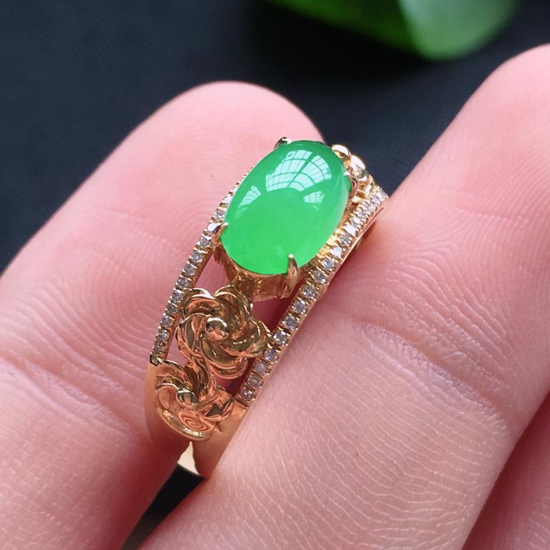 冰种果绿精美戒指,18k金钻镶嵌,种老水润色美,唯美高贵漂亮,若有缘,莫错过。戒指圈号:14