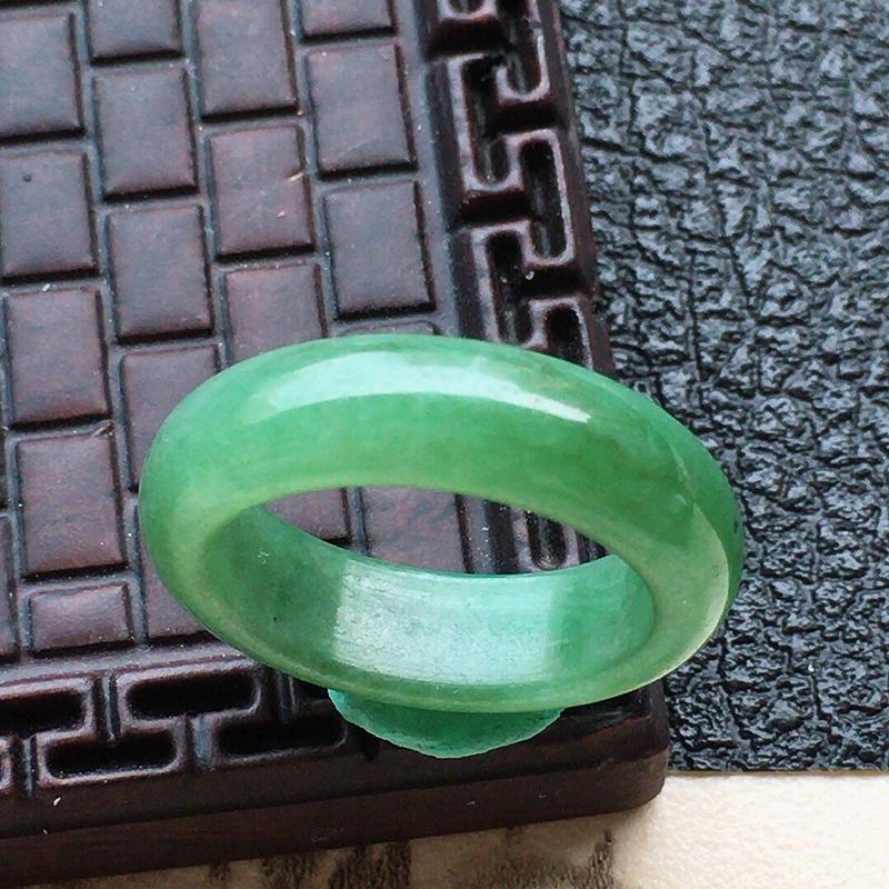 缅甸翡翠17圈口带绿指环,自然光实拍,颜色漂亮,玉质莹润,佩戴佳品,内径:17.1mm,尺寸:5.9