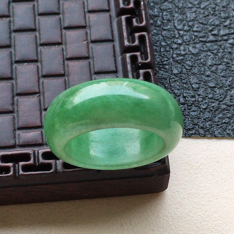 缅甸翡翠15圈口指环,自然光实拍,颜色漂亮,玉质莹润,佩戴佳品,内径:15.9mm,尺寸:8.0*3