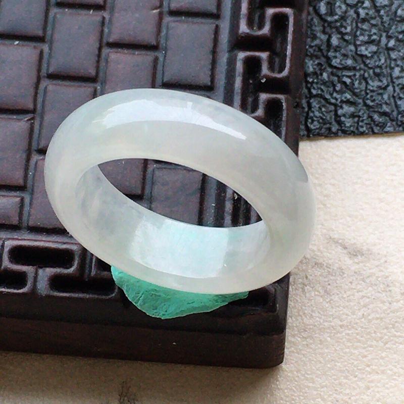 缅甸翡翠15圈口指环,自然光实拍,颜色漂亮,玉质莹润,佩戴佳品,内径:15.0mm,尺寸:5.7*3