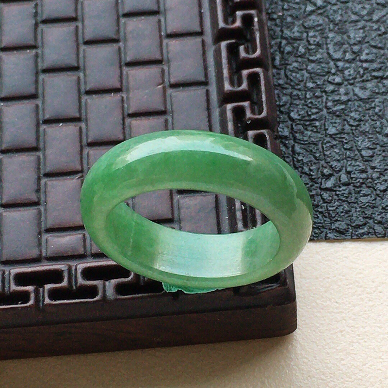 缅甸翡翠17圈口指环,自然光实拍,颜色漂亮,玉质莹润,佩戴佳品,内径:17.1mm,尺寸:5.9*3.3mm,重3.58克