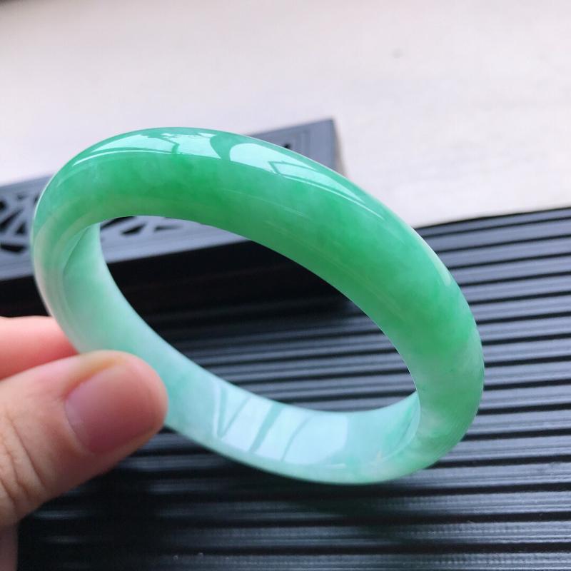 天然翡翠A货细糯种满绿正圈手镯,尺寸57-12.5-7.6mm,玉质细腻,种水好,底色好,上手效果漂