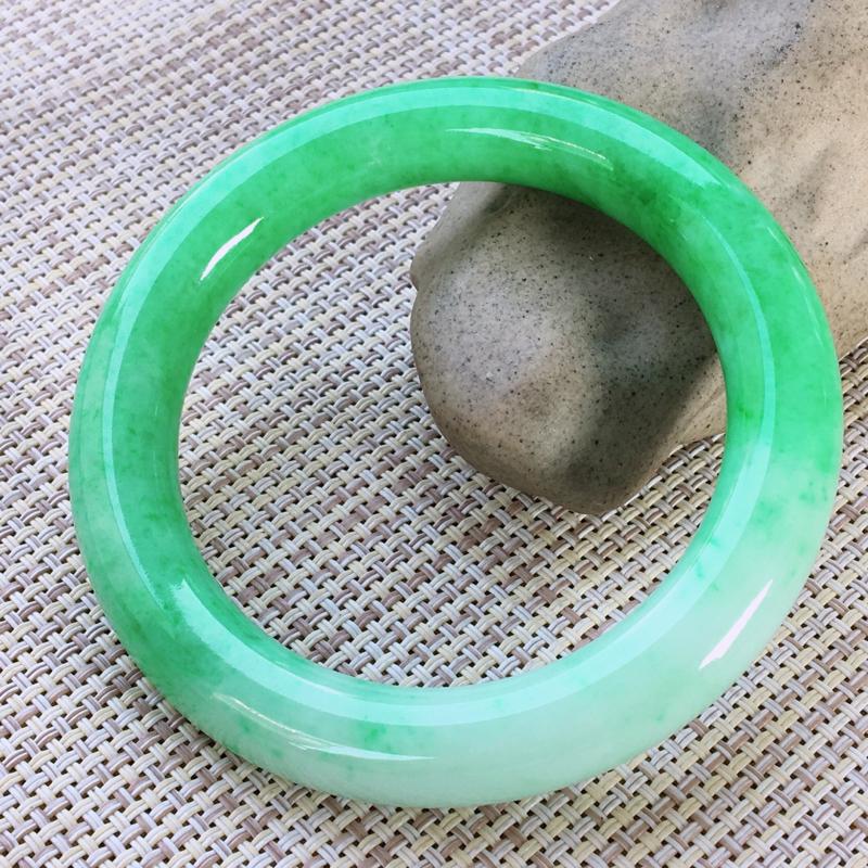 圆条56-57,天然翡翠手镯,莹润优雅,精美飘绿,质地细腻,颜色漂亮,圆条玉手镯,完美无纹裂,尺寸圈