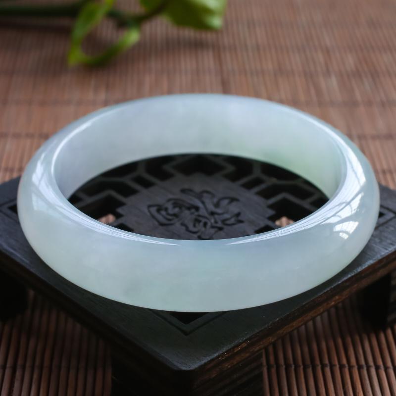 糯化种精美正圈手镯,内径55.9,油润有种水,上手大气优雅,实物更美,若有缘,莫错过。