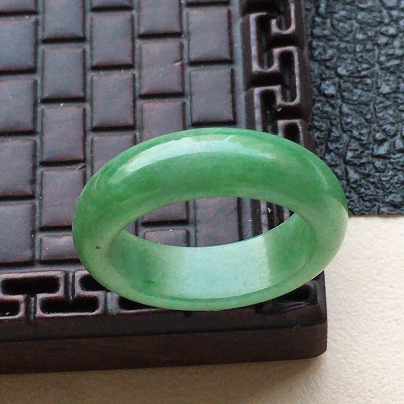 缅甸翡翠17圈口指环,自然光实拍,颜色漂亮,玉质莹润,佩戴佳品,内径:17.1mm,尺寸:5.9*3