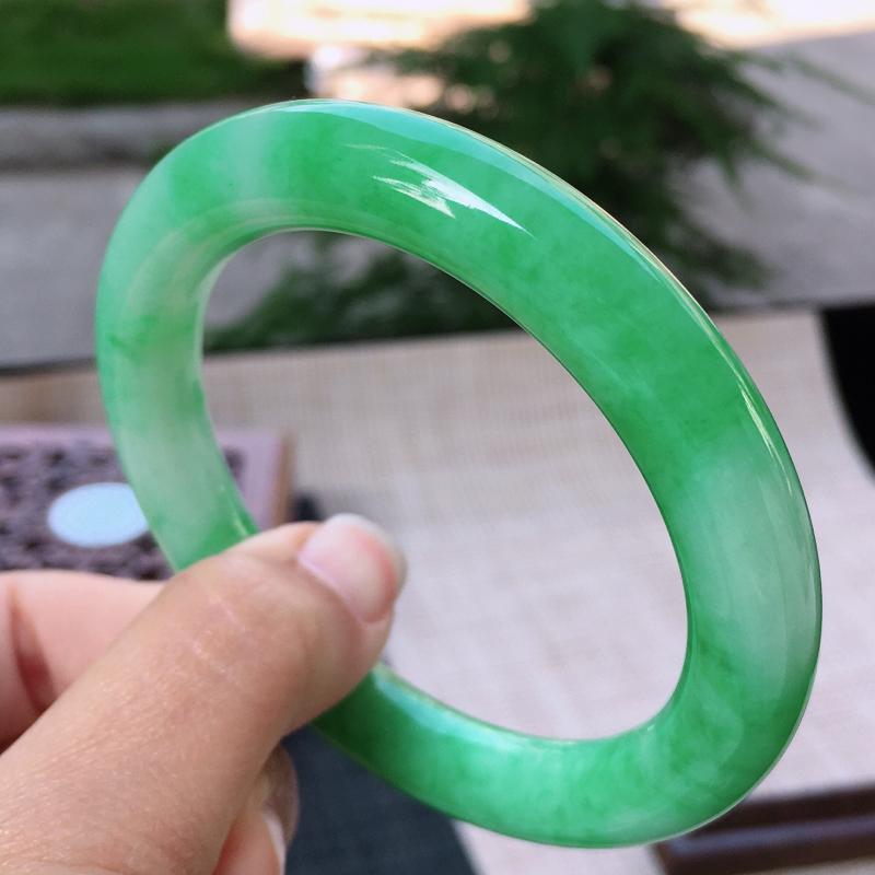 飘绿圆条手镯,尺寸:54.6/10,完美 细腻   佩戴漂亮夺目迷人  圈口54-55mm可佩戴