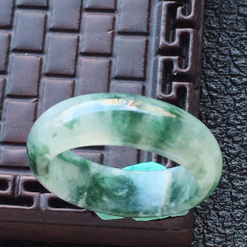 缅甸翡翠18圈口飘花指环,自然光实拍,颜色漂亮,玉质莹润,佩戴佳品,内径:18.3mm,尺寸:6.6