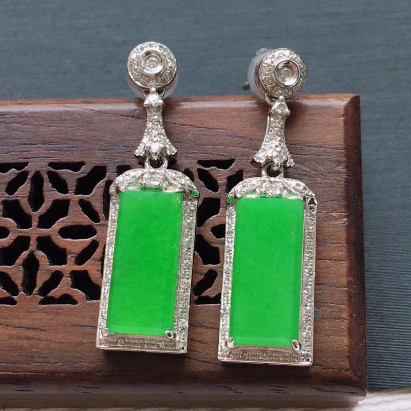 18k金镶嵌围钻冰糯种满绿素面耳坠一对,   料子细腻,雕工精美,颜色漂亮,  含金尺寸:30×8.