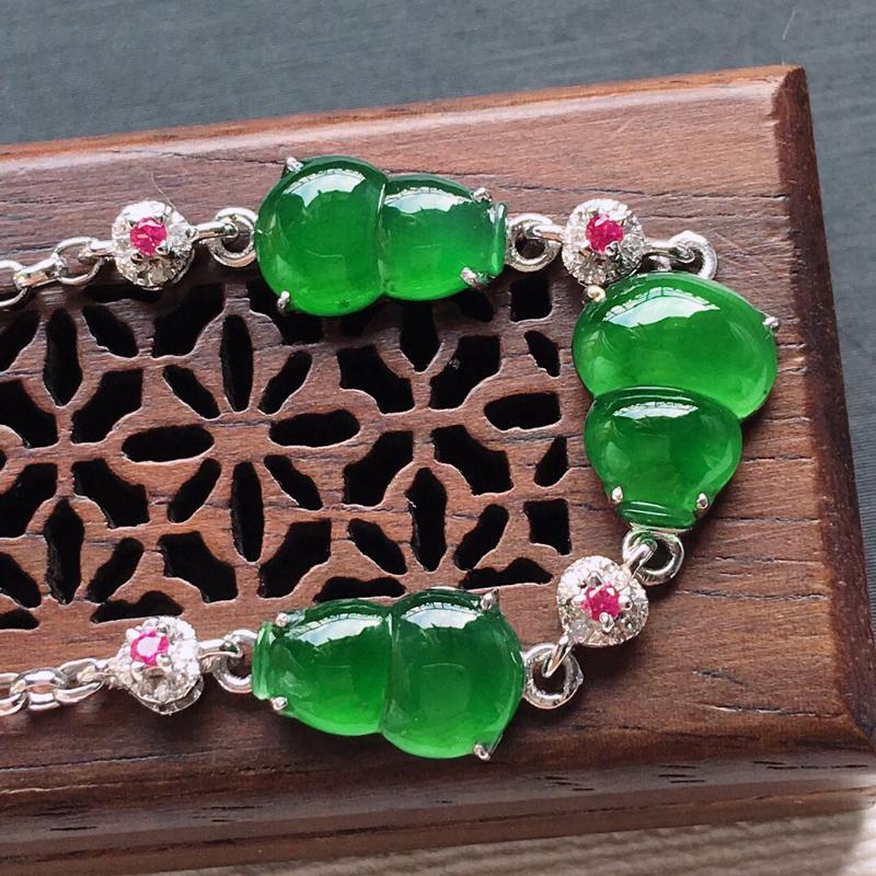 18k金镶嵌伴钻冰糯种满绿葫芦手链,   料子细腻,雕工精美,颜色漂亮,  长度尺寸:190mm