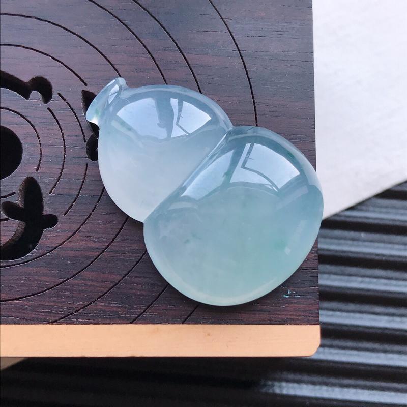 天然翡翠A货冰糯种飘花精美葫芦吊坠,尺寸28-20-6.6mm,玉质细腻,种水好 底色漂亮,上身效果