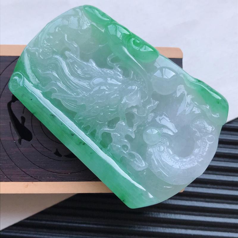 天然翡翠A货细糯种飘绿精美龙牌吊坠,尺寸61-41.2-9.7mm,玉质细腻,种水好