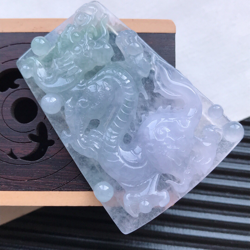 天然翡翠A货糯化种淡紫精美龙牌吊坠,尺寸48.6-35-6.3mm,玉质细腻,种水好