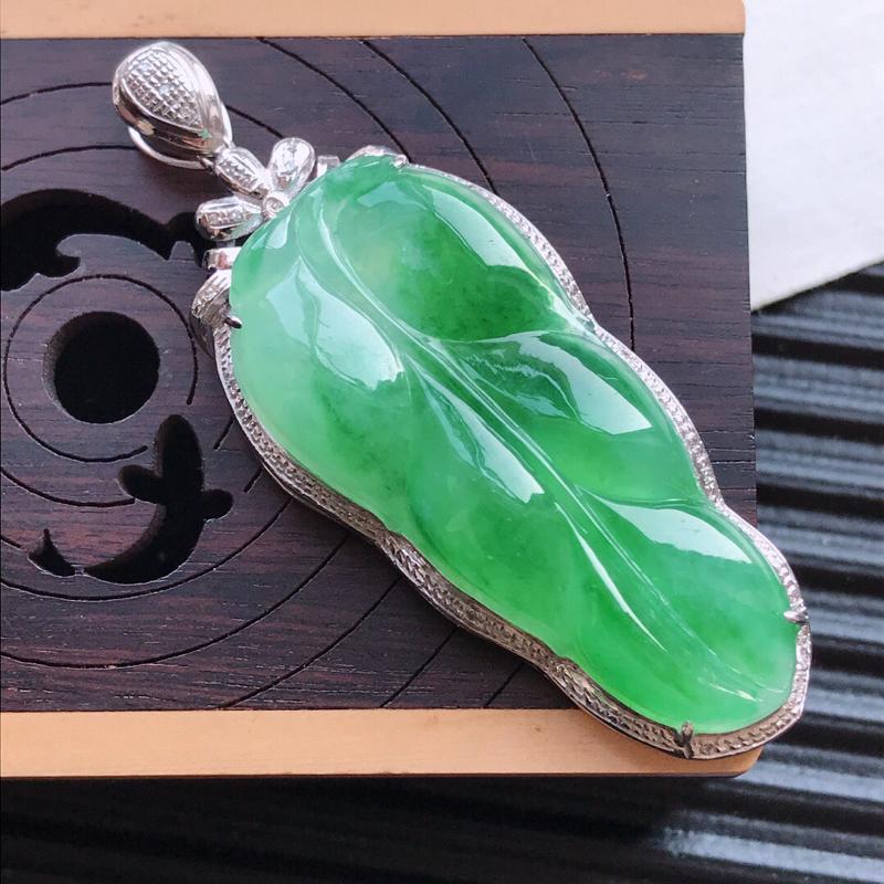 天然翡翠A货18K金镶嵌伴钻细糯种满绿精美金枝玉叶吊坠,含金尺寸50.6-19.2-7.3mm,裸石