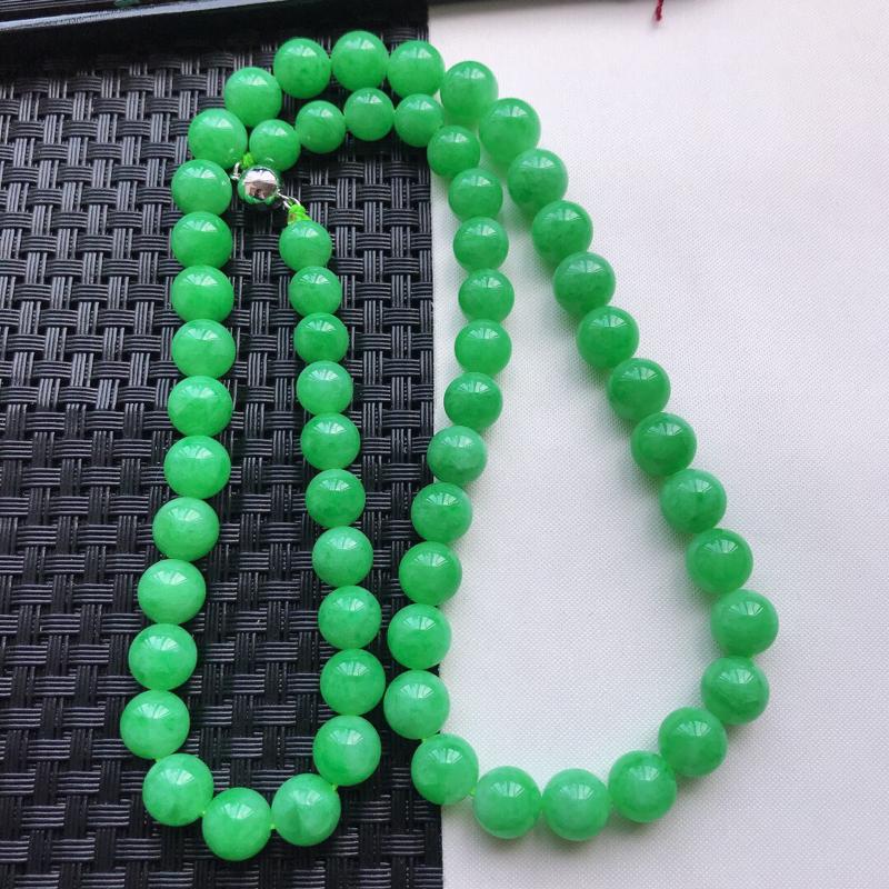 天然翡翠A货细糯种满绿精美圆珠项链,尺寸9.9mm,玉质细腻,种水好 底色漂亮,上身效果漂亮