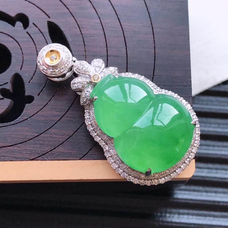 天然翡翠A货18K金镶嵌伴钻糯化种满绿精美葫芦吊坠,含金尺寸31.7-17.2-10mm,裸石尺寸1