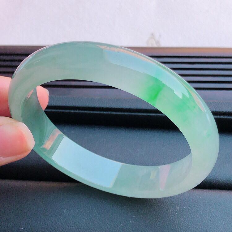 圈口55mm ,天然缅甸老坑翡翠A货飘绿宽边手镯 ,料子细腻柔洁,尺寸55/12/7mm ,重量43