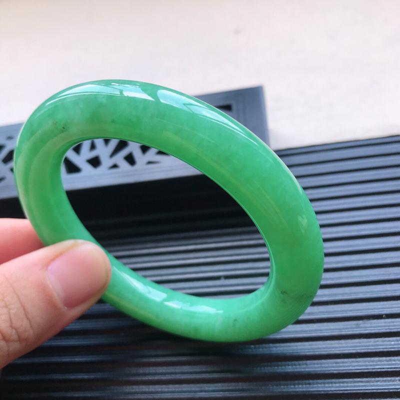 天然翡翠A货糯化种水润满绿种水圆条手镯,尺寸55-11-10.6mm,玉质细腻,种水好,底色好,上手