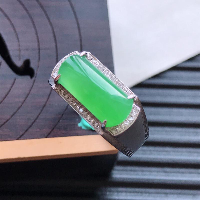 【天然翡翠A货18K金镶嵌伴钻冰糯种满绿精美马鞍戒指,内径尺寸18.7mm,裸石尺寸5.5-12.8-3mm,玉质细腻,种水好 底色漂亮,上身效果漂亮##**】图4