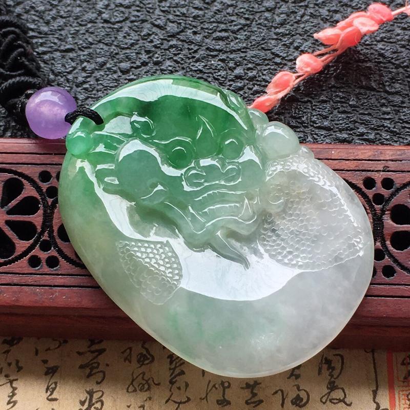 缅甸翡翠带绿吊坠(顶珠为装饰珠),自然光实拍,颜色漂亮,玉质莹润,佩戴佳品,尺寸:40.5*29.8