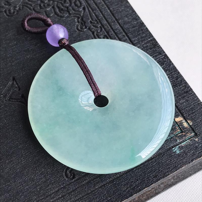 天然翡翠A货糯化种飘绿平安扣吊坠,尺寸:38.3×4.9mm,水润通透,形体饱满,雕工精美,顶珠是装