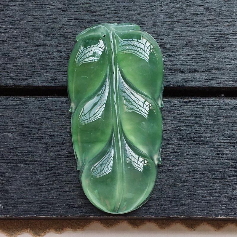 自然光实拍,缅甸a货翡翠,满绿玉叶,种好通透,颜色漂亮,玉质莹润,形体精美