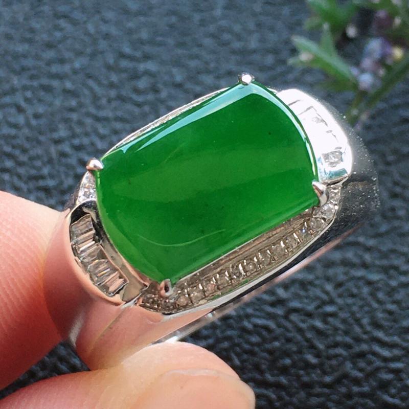 精品翡翠18K镶嵌伴钻戒指, 雕工精美,玉质莹润,尺寸:内径:17.3MM,裸石尺寸:7.7*11.