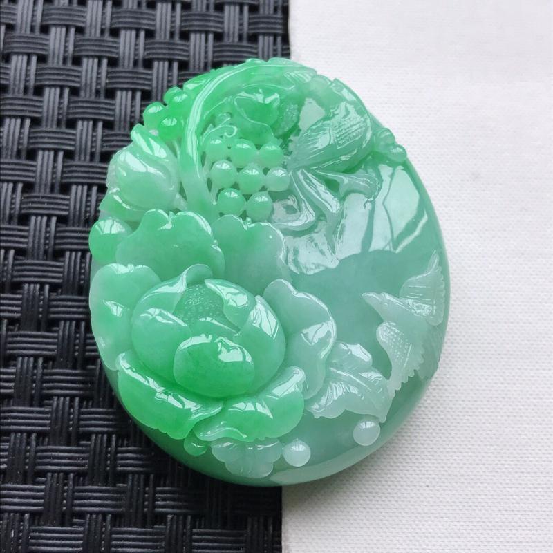 天然翡翠A货细糯种飘绿精美鸟语花香吊坠,尺寸49.6-41-13.6mm,玉质细腻,种水好 底色漂亮
