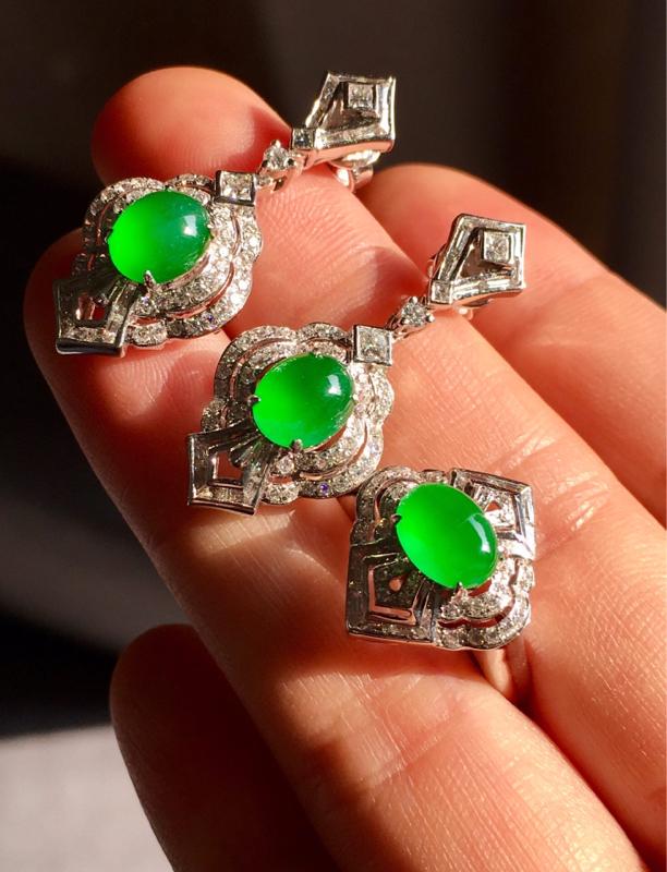 一套,冰种满绿套装,耳坠戒指。复古风格,色辣水润,完美无裂,戒指裸石7.4/5.5/3.5耳坠裸石