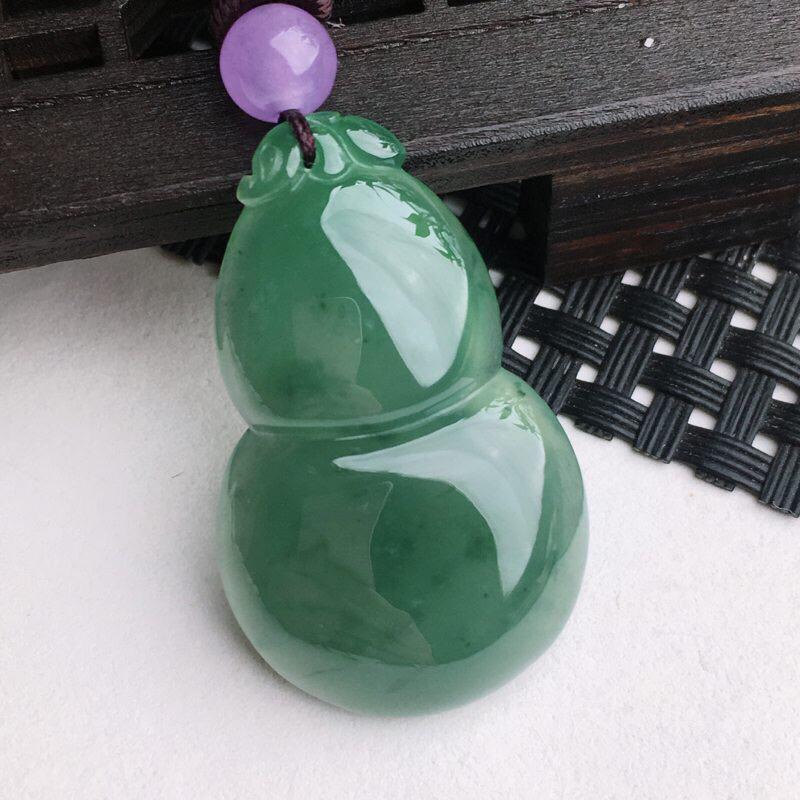 A货翡翠  冰糯种满绿葫芦吊坠    尺寸35*21.5*6.3mm  水头好,玉质细腻,莹润通透,