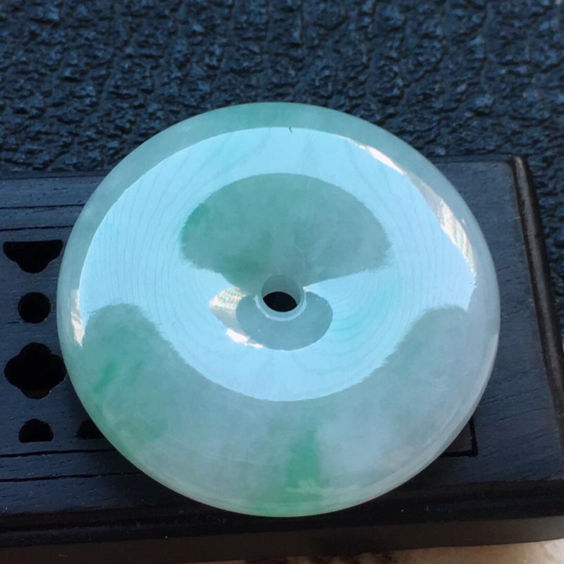 缅甸翡翠带绿平安扣吊坠,自然光实拍,颜色漂亮,玉质莹润,佩戴佳品,尺寸:25.1*5.9mm,重8.