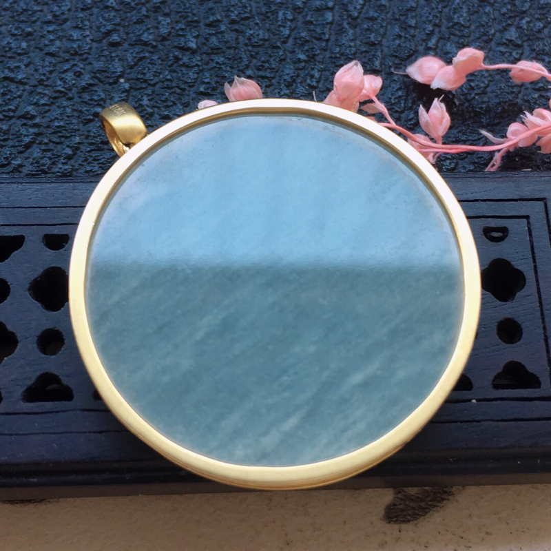 缅甸翡翠18k金镶嵌圆形素面牌吊坠,自然光实拍,颜色漂亮,玉质莹润,佩戴佳品,包金尺寸:34.0*2