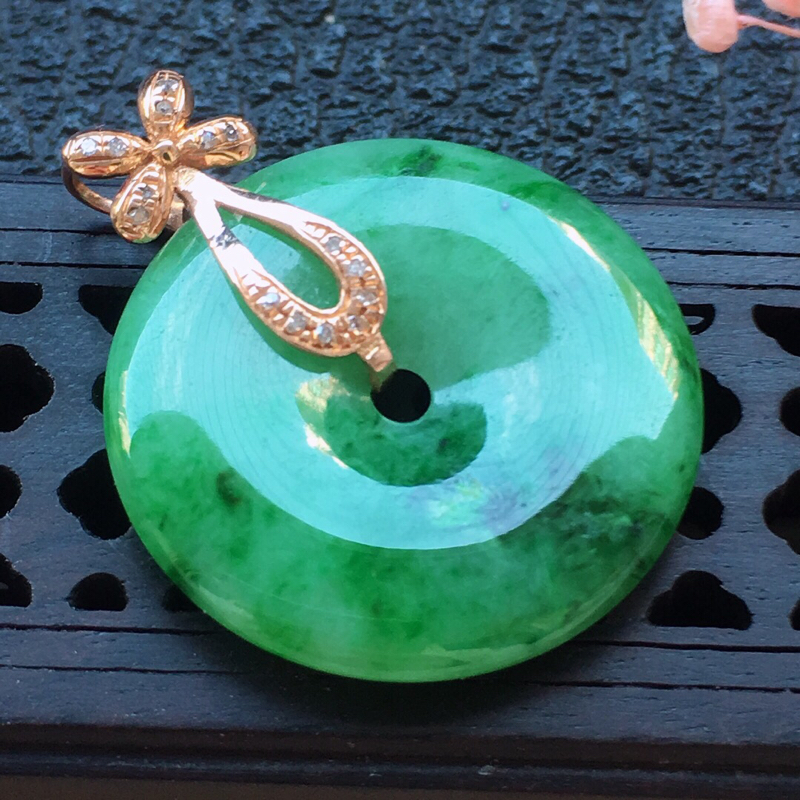 缅甸翡翠18k金伴钻镶嵌带绿平安扣吊坠,自然光实拍,颜色漂亮,玉质莹润,佩戴佳品,包金尺寸:25.1
