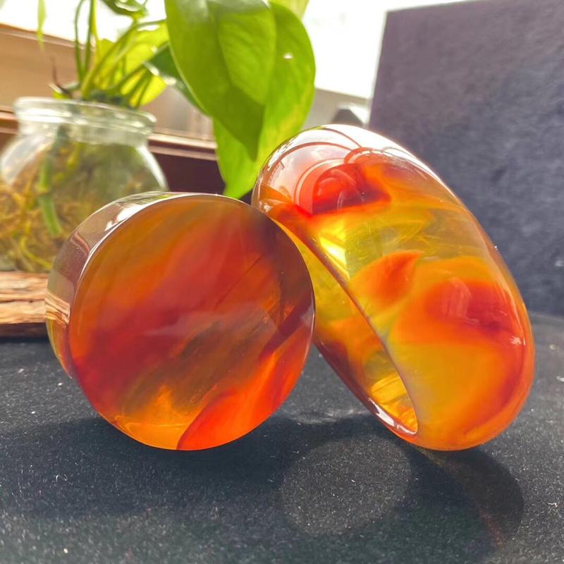 天然缅甸琥珀,飘红蜜宽条59mm圈口手镯。 规格59×30.2×11.6 镯子重:60.2克 镯心重