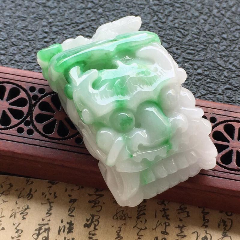 缅甸翡翠带绿龙头吊坠,自然光实拍,颜色漂亮,玉质莹润,佩戴佳品,尺寸:41.5*24*19mm,重4