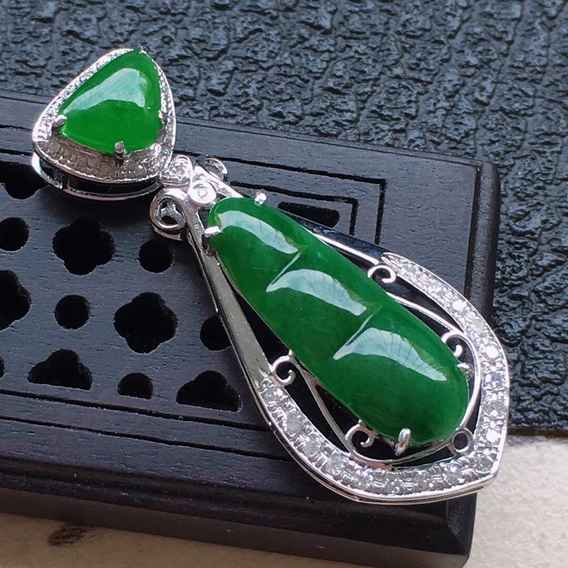 缅甸翡翠18k金伴钻镶嵌满绿发财豆吊坠,自然光实拍,颜色漂亮,玉质莹润,佩戴佳品,包金尺寸:32.6