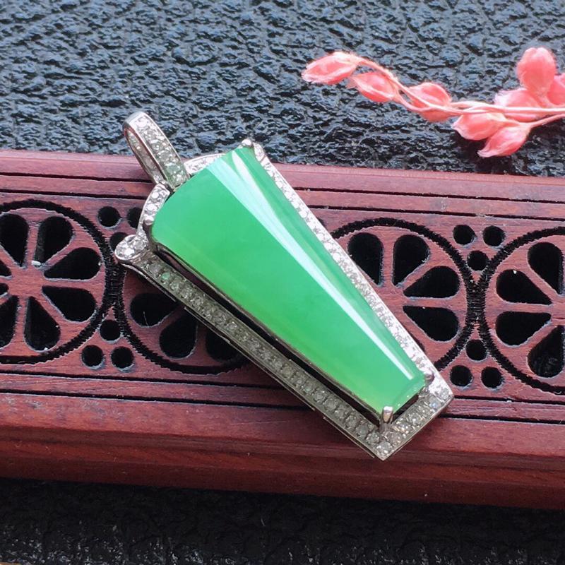 翡翠18K金围钻镶嵌浅绿素面牌吊坠,颜色好,玉质细腻,雕工精美,佩戴送礼佳品,包金尺寸:31.7*1
