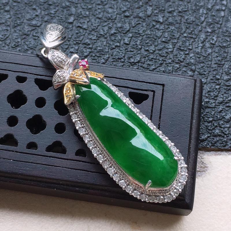 缅甸翡翠18k金伴钻镶嵌满绿发财豆吊坠,自然光实拍,颜色漂亮,玉质莹润,佩戴佳品,包金尺寸:39.4