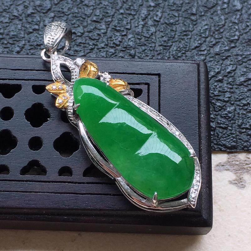 缅甸翡翠18k金伴钻镶嵌满绿发财豆吊坠,自然光实拍,颜色漂亮,玉质莹润,佩戴佳品,包金尺寸:33.9