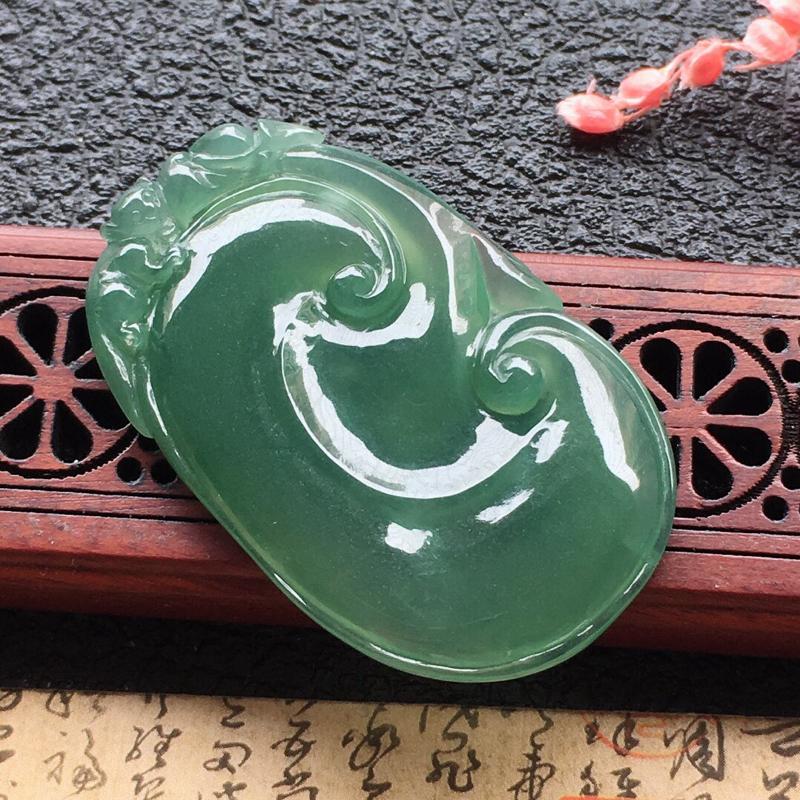 缅甸翡翠如意吊坠,自然光实拍,颜色漂亮,玉质莹润,佩戴佳品,尺寸:40.4*24.9*4mm,重9.