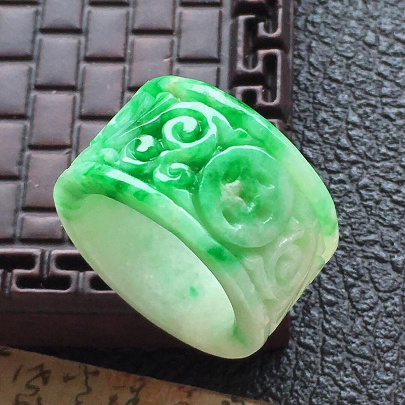 缅甸翡翠17圈口带绿雕花扳指吊坠,自然光实拍,颜色漂亮,玉质莹润,佩戴佳品,内径:17.2mm,尺寸