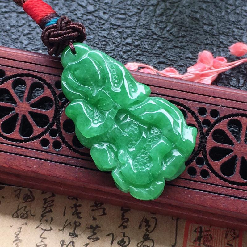 缅甸翡翠满绿百财吊坠,自然光实拍,颜色漂亮,玉质莹润,佩戴佳品,无纹裂,尺寸:31.4*17.4*4