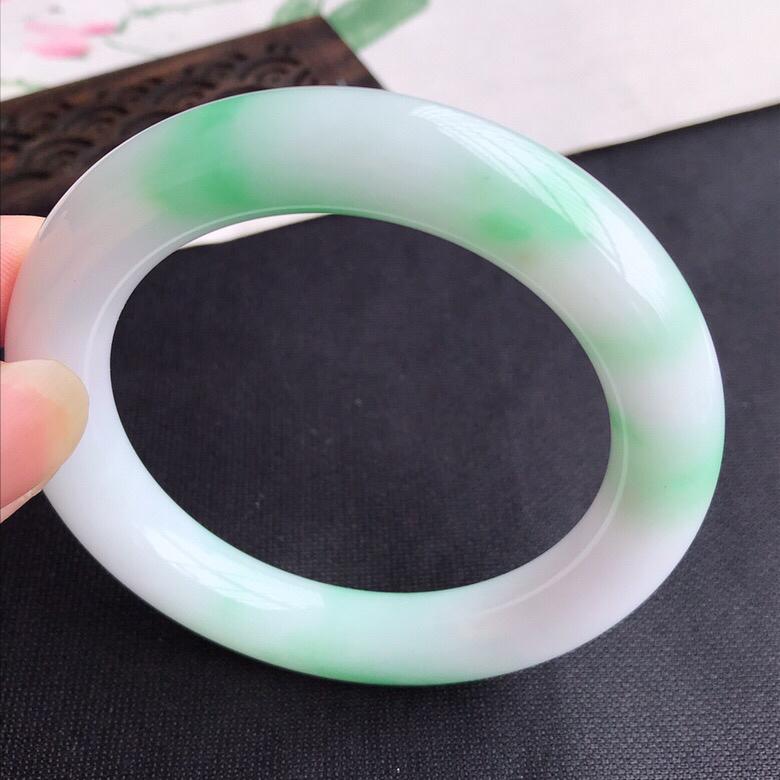 圈口57mm..天然翡翠A货老坑细糯种飘绿圆条手镯,圈口:57.1×11.2mm,料子细腻,水头好,