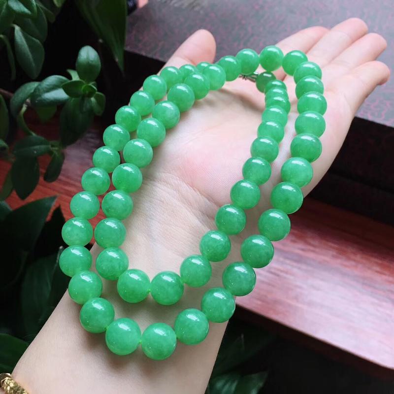 自然光实拍,缅甸a货翡翠,冰润满绿圆珠项链,种好水头足,玉质细腻,色泽艳丽夺目,完整度极高,上身效果