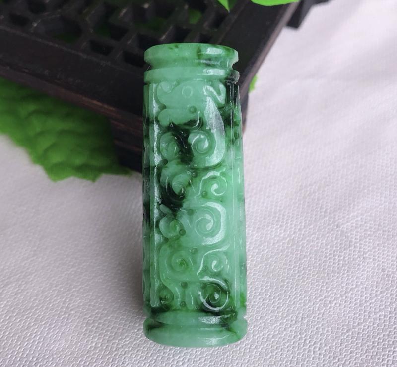 翡翠飘绿水润立体圆柱路路通,财运亨通玉坠,毛衣坠,立体仿古雕花,也可做车挂,尺寸43*16*14mm